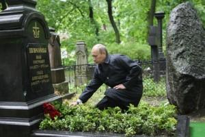 Путин возлагает цветы к могиле Шмелёва и Ильина